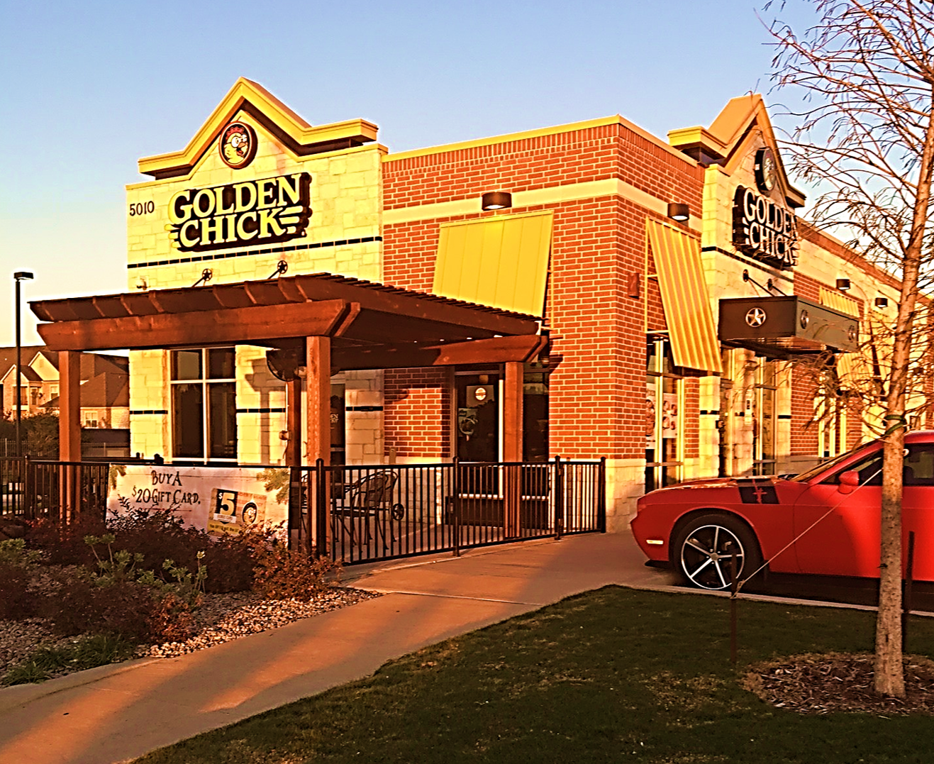 Golden Chick storefront.  Your local Golden Chick fast food restaurant in Grand Prairie, Texas